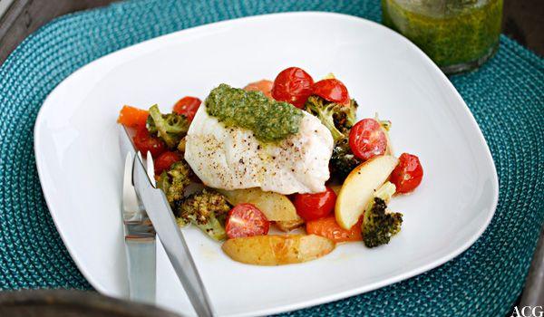 Oppskrift på deilig ovnsbakt torsk med hjemmelaget basilikumspesto. Poteter, grønnsaker og fisk bakes enkelt i samme form i ovnen.