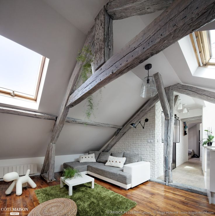 """Ce projet est la rénovation complète d'un appartement 2P sous combles (60m2 au sol - 24 m2 loi Carrez). Pour sublimer la qualité de lumière exceptionnelle de cet habitat """"cocon"""", le parti pris' a été d'ouvrir un maximum les espaces (perspectives, transparence du châssis parisien...), et de jouer sur un dégradé de blanc et de gris doré, via des textures différentes (laqué, mat, béton ciré, cuir et suédine, lin, brique, lasure blanc coton...). Budget : 30.000 euros TTC D..."""