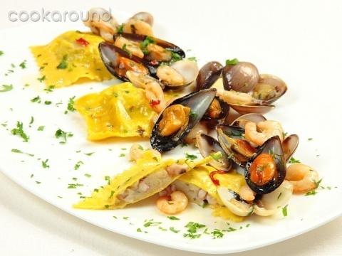 Raviolo ripieno di polpi e patate con cozze vongole e gamberetti: Ricette di Cookaround   Cookaround