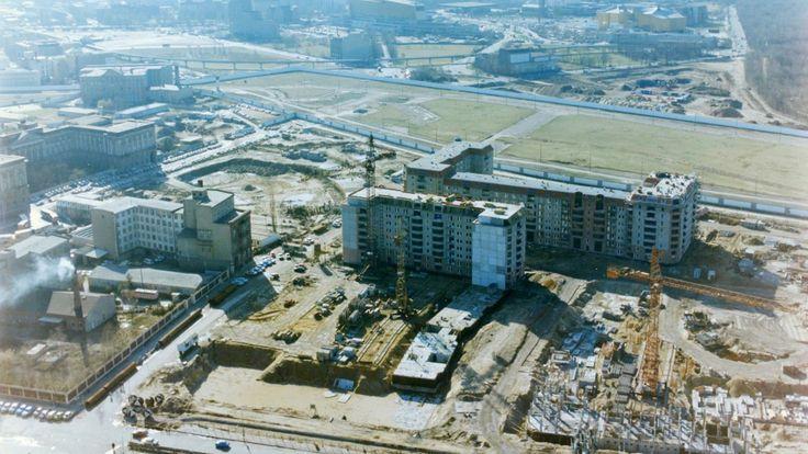 1989: In der Mitte eine große Brache, umrahmt von der Mauer. Auf der Westseite steht noch die Magnet-Schwebebahn. Links am Bildrand ist das heutige Bundesratsgebäude zu erkennen