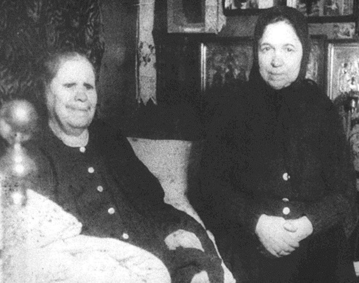 Фотография(прижизненная), на которой запечатлена блаженная Матрона Московская(слева)