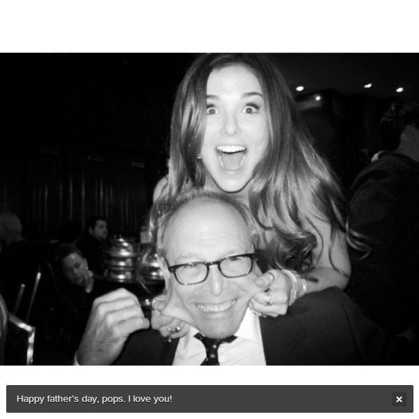 """Zoey, babası ünlü yönetmen Howard Deutch ile birlikte.  Resmin altındaki not: """"Babalar Günü'n kutlu olsun babacım. Seni seviyorum!"""""""