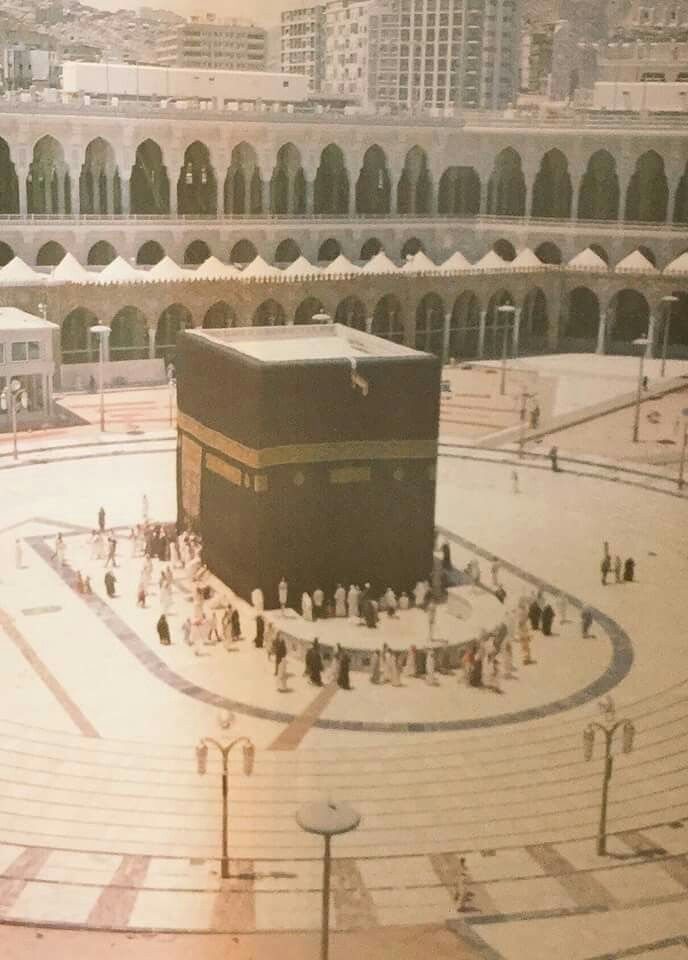 A very rare picture of the kabah. . Yiu can literally count the number of the people. #Mecca