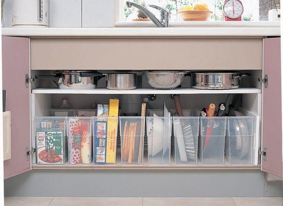 キッチンのシンク下は、どのように活用していますか?手が届きやすい場所だからつい何でも詰め込んでしまって、結果使い勝手が悪くなってしまうことも。 100均グッズを使って、シンク下をスッキリ収納しちゃいましょう。