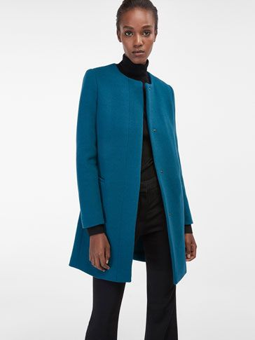 Los abrigos de mujer más elegantes en Massimo Dutti. Descubre en la última colección de otoño invierno 2016 abrigos rectos, de lana, mouton, pelo o paño.