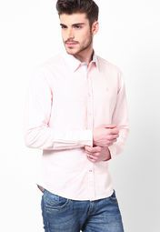 Parade the retro style adorning this pink coloured, regular-fit, casual shirt from the house of United Colors of Benetton. The moisture-wicking and lightweight design makes this casual shirt a must-have in your wardrobe. You can pair it with any coloured trousers and easily carry it off at office, day outings or even on a shopping spree.