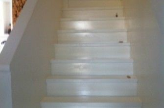 Een houten trap geschilderd met Jotun Oxan A/U. Een prachtig resultaat met betonverf.