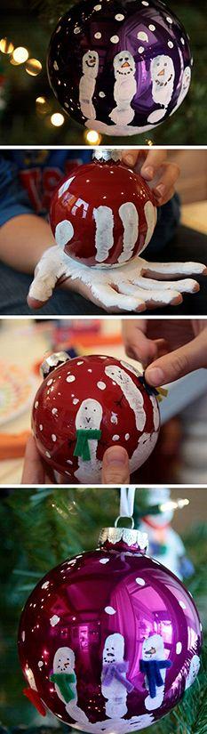 Boules de Noël—On donne une seconde vie à des boules de Noël ternies en demandant aux enfants de tremper leurs mains dans la peinture. Ils empoigneront ensuite l'ornement pour y laisser une trace. Sur les doigts imprimés, on peint des visages pour créer des bonshommes de neige.