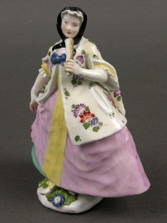 noblewoman in Polish dress, porcelain figurine made 1735-1745 in Meißen (Germany, Saxony), in the collection of the Czartoryski Museum