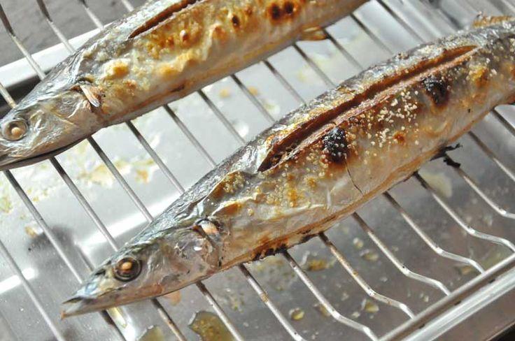 いちばん丁寧な和食レシピサイト、白ごはん.comの『秋刀魚(さんま)の塩焼きの焼き方/塩加減』のレシピページです。魚焼きグリルで焼く焼き方で、どの程度塩を振ってどれだけ時間を置いておくと美味しいのか、さんまの塩焼きの焼き方を詳しく紹介しています。