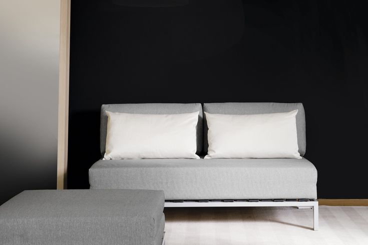 Willy è un divano letto con apertura a libro, con struttura in metallo goffrato a vista.
