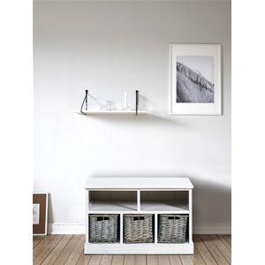 Panca in lengo bianco con 2 ripiani e 3 ceste in vimini. Ideale per l'ingresso, si adatta perfettamente ad ogni ambiente della vostra casa. #bench #shabby #chic #furniture #home #house #design #interior #interiors #restyling #style #makeover #vintage #retro #white #wood #beige #grey #tutorial #idea #ideas #diy #black #friday #blackfriday #cyber #monday #cybermonday #sale #sales #sconti #mobili #arredamento #mobiletto #mobiletti #cestini #baskets #ingresso #living #room