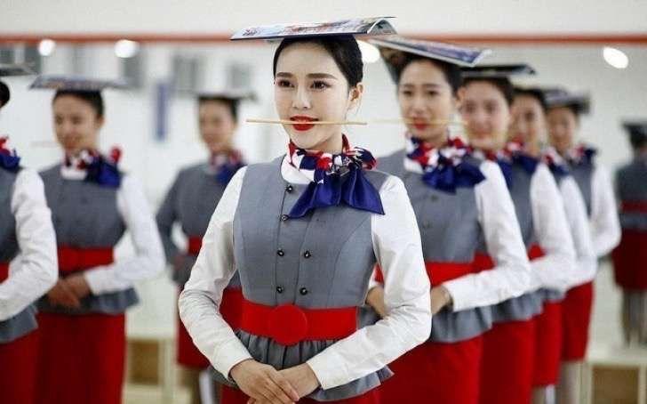 Así es el riguroso y sacrificado entrenamiento que se debe superar para ser azafata en China