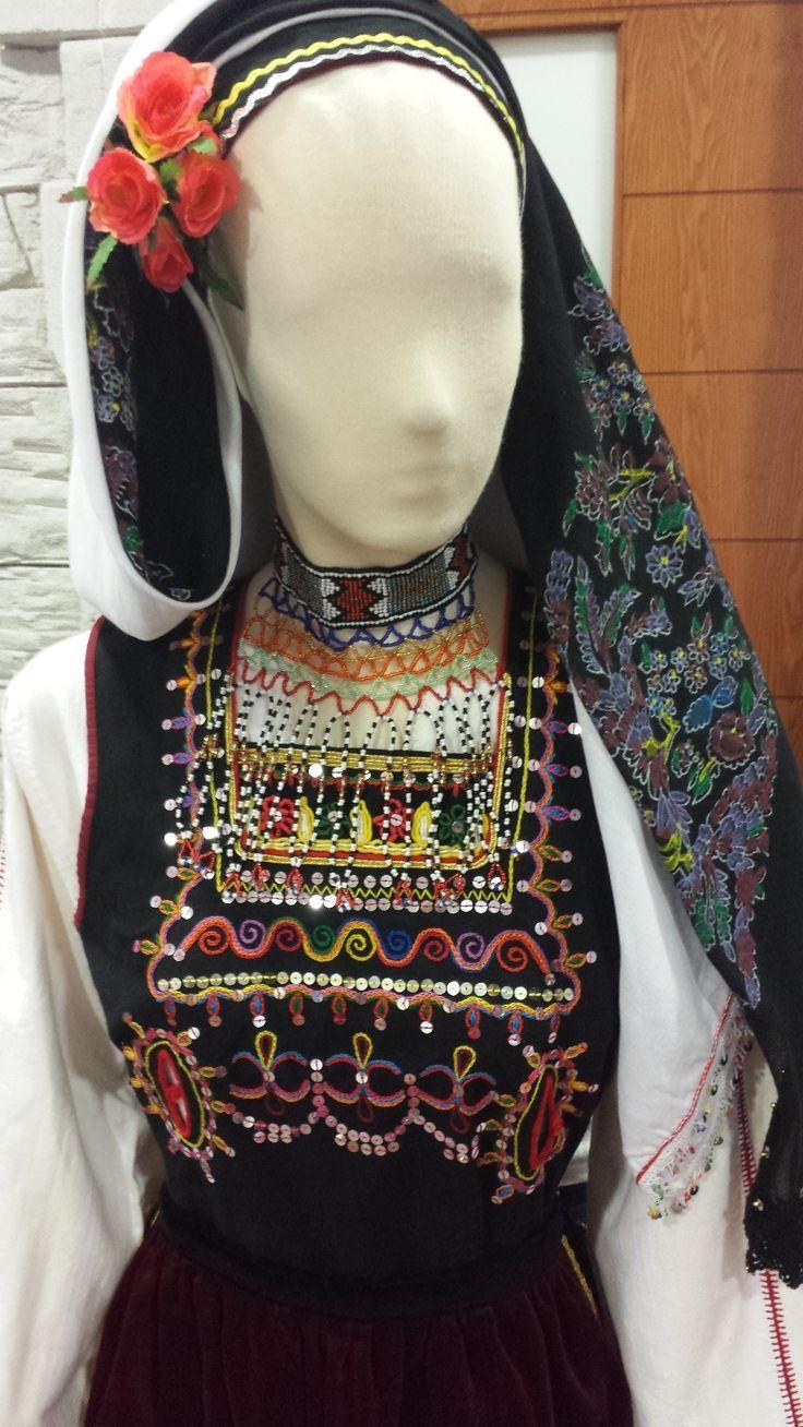 Γυναικεία Ενδυμασία Ενδυματολογικής Ομάδας Μεταξάδων Νούνα με χειροποίητο παραδοσιακό κόσμημα στο λαιμό