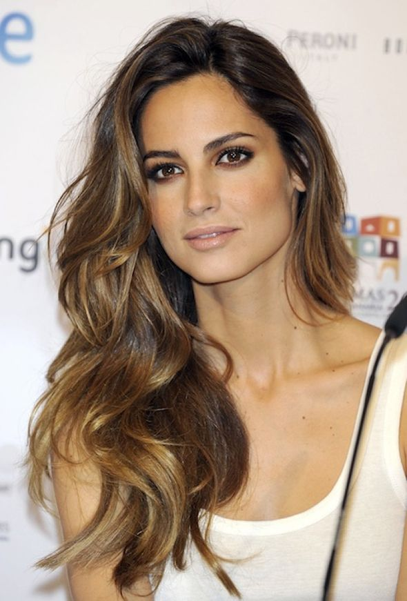 Mechas do momento: bronde hair (do inglês brown + blonde) base marrom com mechas loiras no tom dourado