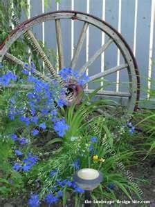 Old wagon wheel & blue flowers: Gardens Ideas, Flowers Gardens, Wagon Wheels, Gardens Decor, Blue Flowers, Gardens Accent, Old Wagon, Backyard Gardens, Gardens Plants