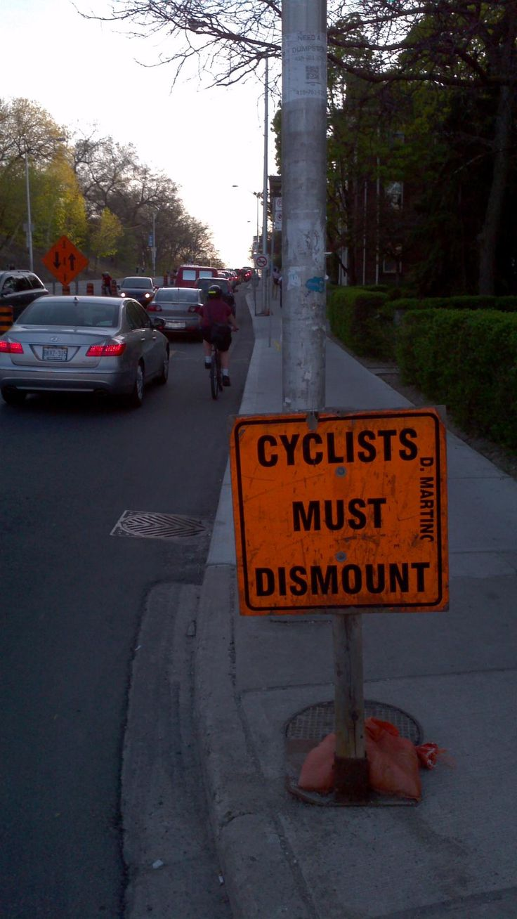 No, cyclists shouldn't dismount. They should merge w traffic. TO needs new standards for construction zones #biketo