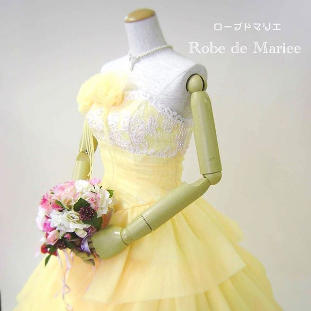 昨日のご試着から。 * 円やかなティアードが人気のイエローカラードレスです。 ホワイト、ピンクのお色違いもございます♡ * ラベンダーカラーや淡いブルーでお作りする事も出来ます。ビスチェをハート型にしたり、オフショルダーへの変更も自由自在✨✨✨ * * #海外挙式 もおまかせ❣️ #長期レンタル無料 #二次会 にも使える❤️ #タキシードレンタル もウフフ❤️ もちろん、 #オーダータキシード も❤️ #ベールレンタル もお気軽に❣️ * 小さなお店だからこそ、大抵の小回りがききます^ ^。 お気軽にコンタクト下さいませ * http://www.veilglove.com/ 【ベール&グローブ専門店 ローブドマリエ】 * * * #結婚式 #プレ花嫁 #卒花 #卒花嫁 #人生で一番 幸せな日 #ロングベール #ベールオーダー #アイボリードレス #エンパイアドレス #花嫁 #マリアベール #veil #weddingdress #weddinggown #レストランウェディング #オーダードレスショップ #三重県 #四日市 #ウェディングドレス #オーダード...