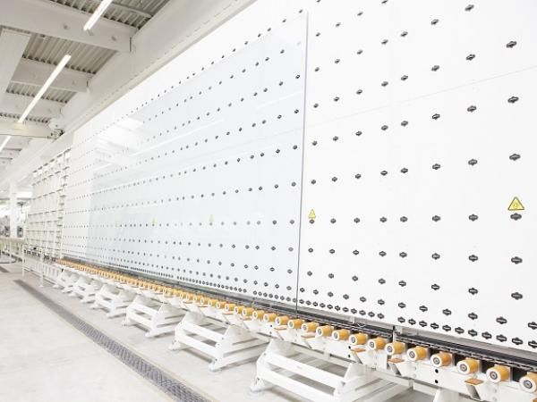 Everything is oversized at sedak: intake of the new LiSEC insulating glass line.