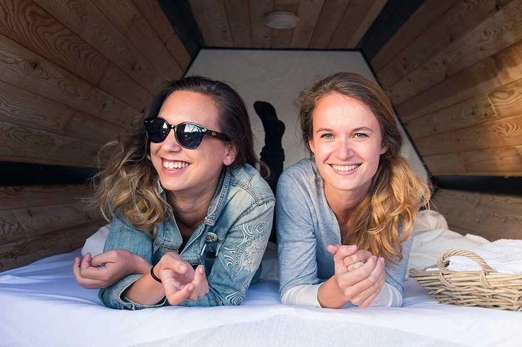 Dois designers belgas desenvolveram as B-and-Bee, tendas de campismo em forma de colmeia que proporcionam melhor descanso e conforto aos festivaleiros