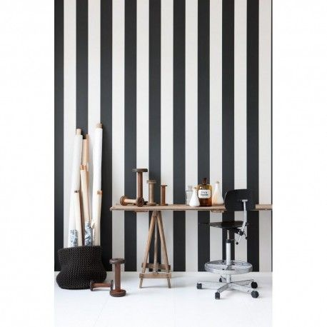 Papier peint rayé noir et blanc Vertigo par @fermliving chez Pure Deco