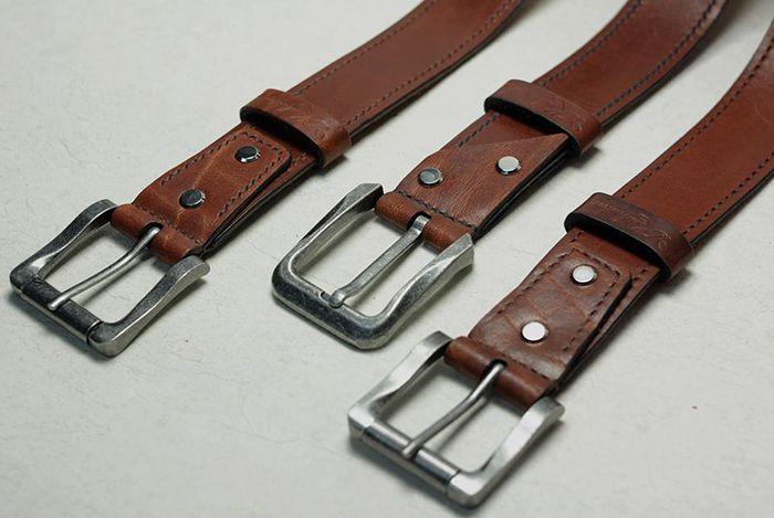 Кожаные ремни для джинсов, 40 мм. В изготовлении был использован коричневый вороток бычины толщиной 4.0 мм. Изделия шиты вручную вощеной нитью 1 мм. седельным швом. Торцы всех деталей обработаны краской для уреза кожи и отполированы. Изделие искусственно состарено восковыми красителями.