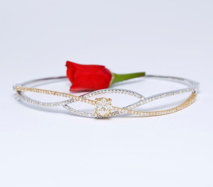 IGI gecertificeerde gouden ontwerper armband met 1.92 ct van diamanten  Ontwerper diamant armband met kant scharnieren en vergrendelenExtra veiligheidssloten aan 1 kantHandgemaakteGouden brutogewicht: 9.34 g18 K solid hallmarked wit en geel goudDiamond gewicht: 1.92 ctDiamant kleur: I-JDiamant helderheid: SIDiamond cut: ronde briljantDe grootte van de armband voor de pols 2.2-inch.Afmetingen bovenaan armband breedte 9 mmMint conditieArmband sieraden doos opgenomenverzending gratis gevoed ex…