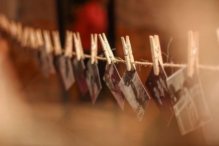 Deixe um mural de fotos dos noivos para que os convidados escolham as que mais gostam!  Via www.minhafilhavaicasar.com