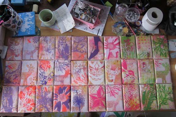 Mixed media lærreder med akryl og spraymaling. 10x15 cm. Bevidsthedsankre til kursusdeltagere. Fotograf: Susanne Randers