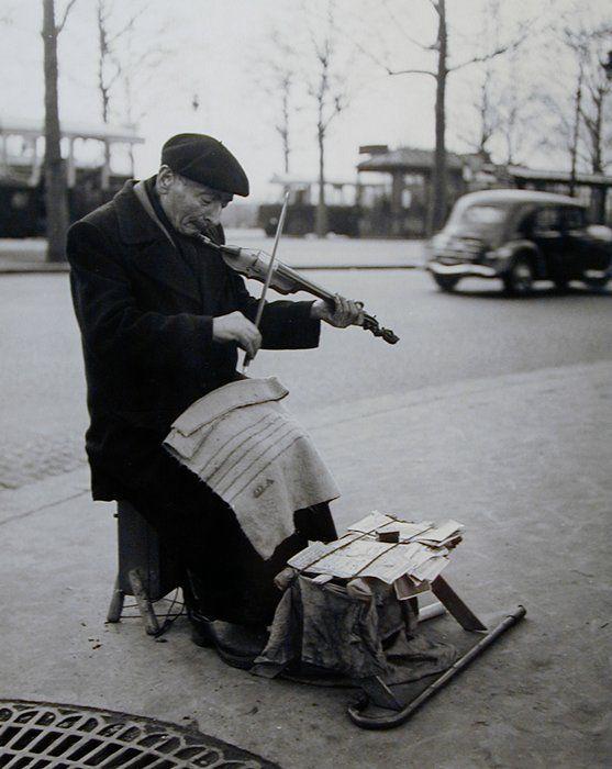 ♫ Músico de rua - Foto de Sabine Weiss - Paris/1949./ photography / vintage / B & W