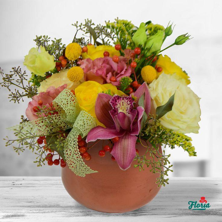 """Nu există un anotimp (sau un timp) mai """"artistic"""" decât toamna. Fiecare formă, fiecare culoare, fiecare schimbare petrecută în natură este o mică operă de artă. Ca și acest aranjament modelat perfect, din petale, frunze și fire. Acest aranjament contine: 3 trandafiri galbeni, 2 trandafiri albi, 1 viburnum, 1 cupa cymbidium mov, 1 solidago. 2 lisianthus roz, 1 eucalipt, 3 craspedia galbene. Dimensiuni: 30 cm (inaltime) - 25 cm (diametrul aranjamentului)"""