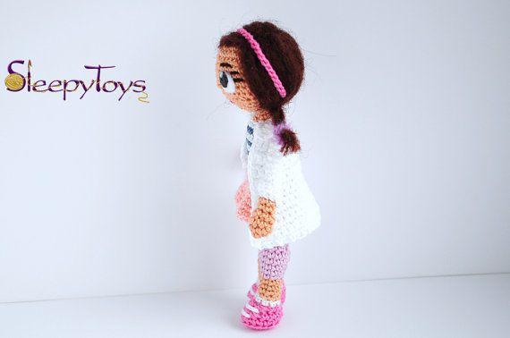 = QUESTO È FINITO GIOCATTOLO =    Bambola amigurumi di doc McStuffins circa 4 pollici (10 cm) di altezza. La bambola nella foto è quello che è in vendita.    Tutti i giocattoli sono fatti a mano alluncinetto me nella casa libera dal fumo.