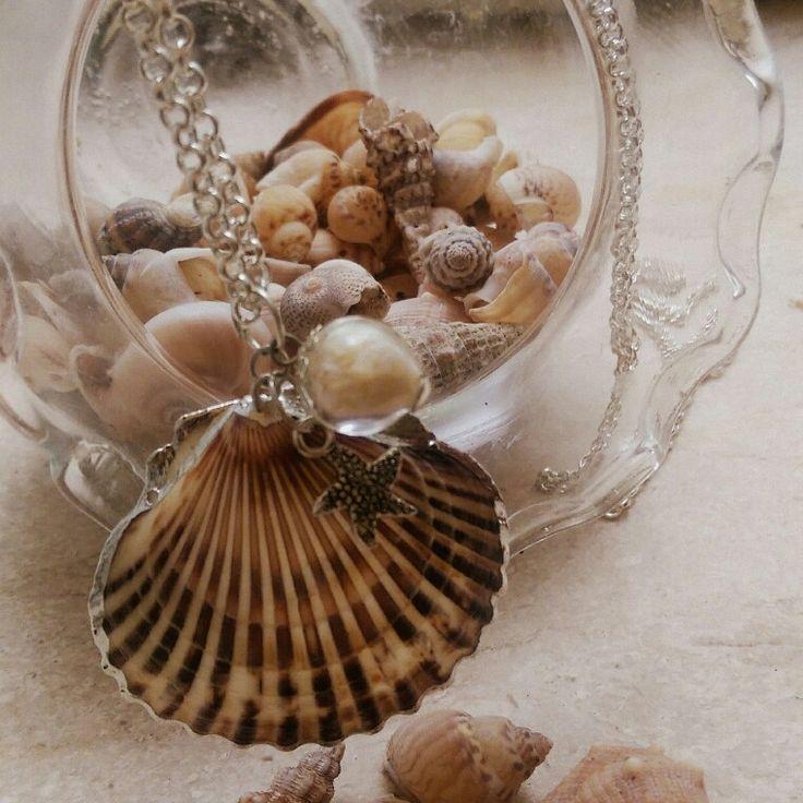 Collana conchiglia e piccola sfera con scaglie color perla e piccola stella marina