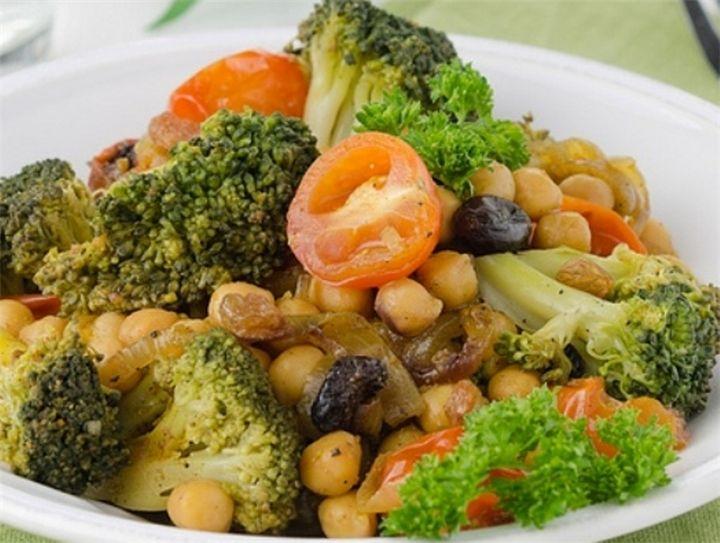 Теплый салат с брокколи, нутом и изюмом 220 г нутаТеплый салат с брокколи, нутом и изюмом100 г изюма4 помидорапо 1/2 ч.л. кориандра, перца чили, черного перца, гвоздики и кумина1 ч...