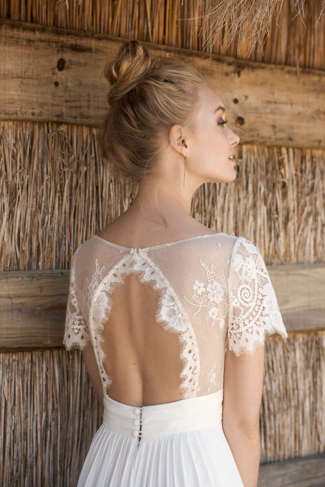 Madalena gown: Dress in soft crepe with high waist. Top with fine lace sleeves.