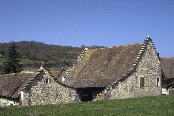 Dans les villages du Bugey du Rhône aux Montanges, on rencontre deux types d'habitat traditionnel : celui du riche propriétaire foncier et celui du modeste paysan.     La maison du propriétaire est vaste et compte généralement des dépendances disposées autour d'une cour à laquelle on accède par un vaste porche. Bien entendu, ce type d'habitat inclut de nombreuses variantes, depuis la bâtisse à tourelle du 16ème siècle jusqu'à la demeure bourgeoise du 18 ou du 19ème siècle.  On peut aussi…