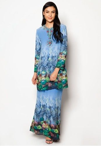Chiffon With Printed Kurung Moden from Jasmina Collection in Blue Indulge your senses with the modernity showcased in this exquisite modern baju kurung set by Jasmina Collection. Featuring a leopard-inspired print etched onto the smooth material while heavily decorated with crystals and beads near the neckline,... #bajukurung #bajukurungmoden
