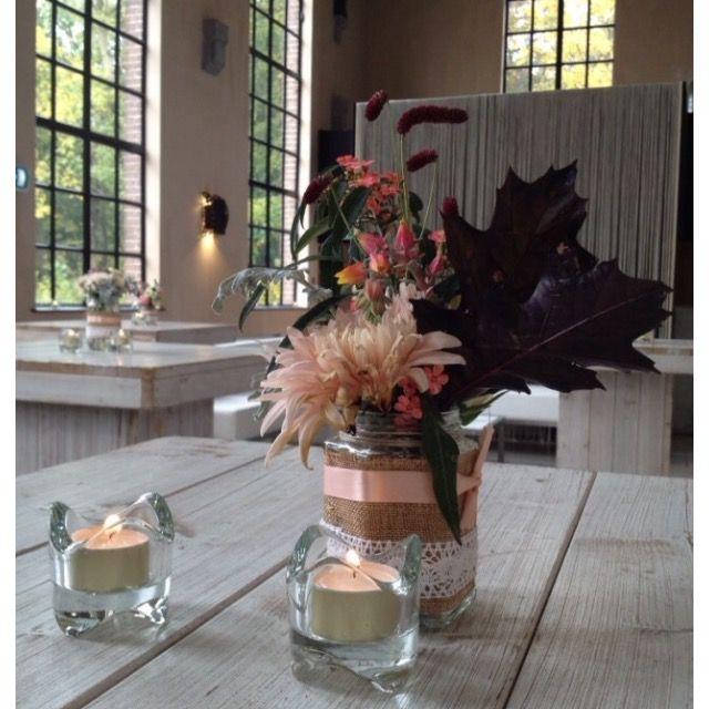 Rustieke vaasjes met juten en kant voor bloemen of kaarsjes op bruiloft. Kijk ook op mijn marktplaats als je interesse hebt.