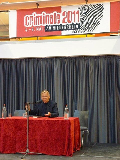 Bernd Stelter während einer Lesung in der Mediothek.  German comedian Bernd Stelter during a reading in the Mediothek Krefeld.