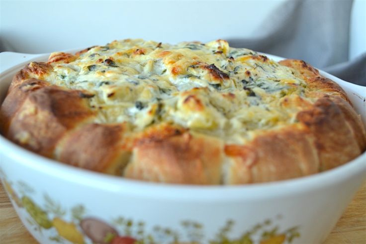 Käse-Fans aufgepasst!! Ich hab für euch einen Käse-Spinat-Artischocken-Dip imBrotkranz. Dieser istinnerhalb von 30 Min. fertig. Perfekt fürs Silvester-Buffet. Für einen Brotkranz benötigt ihr folgende Zutaten: 1 Packung Aufbacksemmeln (8 Stück) 50 g Parmesan 50 g Cheddar 50 g Gouda 150 g Frischkäse 150 g Sourcreme etwas Blattspinat ein Glas Artischocken(herzen) Salz Pfeffer Knoblauch Chilipulver etwas
