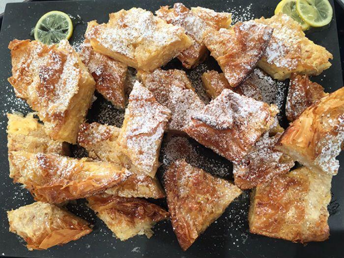 Γλυκιά πατσαβουρόπιτα, έτοιμη σε 15 λεπτά, από την Αργυρώ! Εύκολο, γρήγορο, οικονομικό και τόσο αφράτο που δεν αντιστέκεται κανείς. Θα μοσχοβολάει το σπίτι αρώματα λεμονιού.