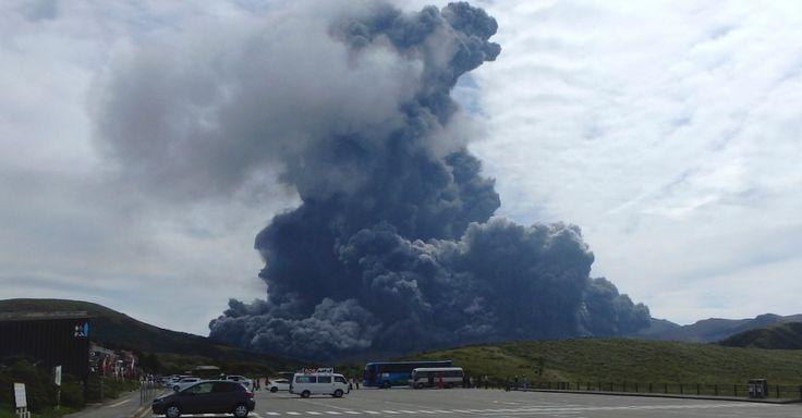 14.set.2015 - O monte Aso, o vulcão ativo mais extenso do Japão, situado em uma região pouco habitada a sudoeste do país, entrou em erupção nesta segunda-feira. A coluna de fumaça emitida pelo vulcão ultrapassou os 2.000 metros de altura Imagem: Aso Volcano Museum/AP