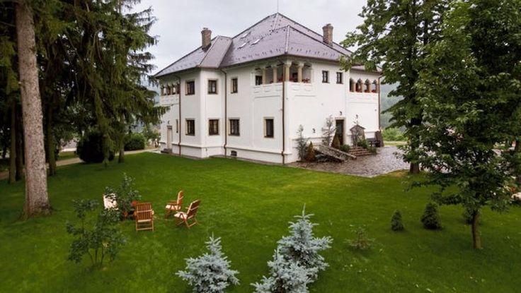 Agroturismul românesc înseamnă şi case istorice sau conace boiereşti, cu o tradiţie aparte şi cu un design special. Cu o poveste interesantă şi preţuri pe măsură, acest gen de locaţii este foarte apreciat în străinătate, iar la noi încep să apară tot mai mulţi turişti atraşi de farmecul vechilor case româneşti introduse în circuitul turistic, dar şi deobiceiurile locului.