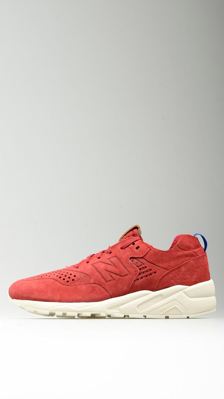 Sneaker tinta unita rossa realizzata in pelle scamosciata traforata sulla tomaia e fodera in rete mesh e neoprene, sottopiede estraibile, suola in gomma soffiata, intersuola IMEVA (EVA sagomata a iniezione), per un' ammortizzazione stabile ma flessibile.