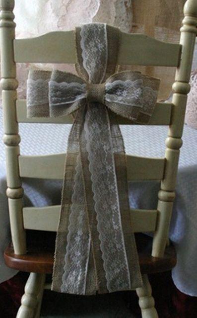 Στολίστε τις καρέκλες με έναν όμορφο φιόγκο από λινάτσα και δαντέλα.