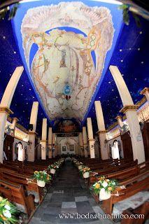 Decoración de la iglesia con canastas en naranja y blanco por Bodas Huatulco