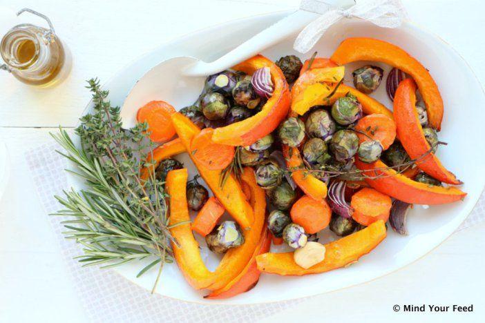 Een feestelijk groente bijgerecht van geroosterde paarse spruiten met pompoen met Italiaanse kruiden zoals rozemarijn en tijm. Voor Kerst of doordeweeks