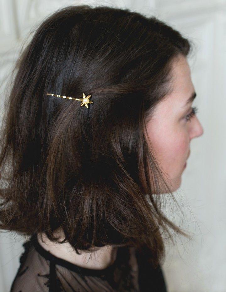 Carré flou et pince fleurs - Idée coiffure pour cheveux mi-longs