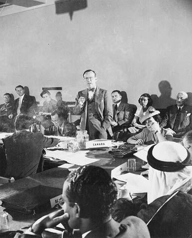 La crise du canal de Suez de 1956 est un affrontement militaire et politique en Égypte, qui a menacé de brouiller les États-Unis et la Grande-Bretagne et nuit à l'alliance militaire occidentale sortie victorieuse de la Seconde Guerre mondiale.