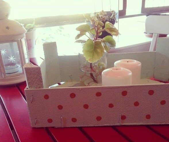 Caja de frutas reciclada y decorada con pinturas. Para decorar cualquier rincón de tu casa.
